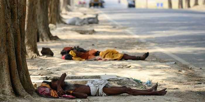 2. Nắng nóng cực điểm ở Ấn Độ. Đợt nắng nóng kéo dài từ 21/5 đến 19/6 khiến cho hơn 2.500 người chết. Có thời điểm nhiệt độ lên tới 45 - 48 độ C. Nguyên nhân gây ra thảm kịch là gió nóng hoạt động trong khoảng tháng Ba đến tháng Bảy tại đây