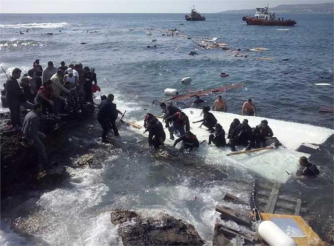 3. Thảm kịch người di cư. Hơn 800 người di cư, phần lớn là trẻ em đã thiệt mạng khi một chuyến tàu trái phép bị lật ở ngoài khơi Silicy, Italia. Chính phủ nước này sau đó đã cố gắng cứu hộ và bắt giữ thuyền trưởng của con tàu chở người này