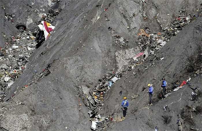 5. Germanwings 9525. Chiếc máy bay chở theo 150 người này bất ngờ trục trặc trên con đường từ Tây Ban Nha đến Đức và rơi xuống vùng núi Alps ở Pháp. Toàn bộ hành khách đã thiết mạng sau tai nạn kinh hoàng này