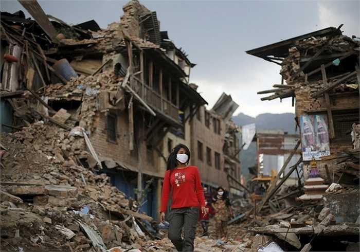 6. Động đất ở Nepal. Ngày 25/4, một trận động đất kinh hoàng 8,1 độ Richter đã xảy ra ở Nepal khiến hơn 9.000 người thiệt mạng và 23.000 người bị thương. Ngoài ra, nó còn phá hủy rất nhiều di sản văn hóa được UNESCO công nhận