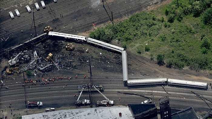 7. Tàu hỏa trật bánh ở Philadenphia. Một tai nạn kinh hoàng đã xảy ra ở Philadenphia, Mỹ khi một chiếc tàu hỏa của hãng Amtrak bị trật bánh và lao ra khỏi đường ray. Tai nạn này cướp đi sinh mạng của 8 người và khiến 200 người khác bị thương