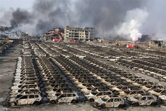8. Nổ nhà kho ở Trung Quốc. Thành phố Thiên Tân, Trung Quốc rung chuyển vì một loạt những vụ nổ khủng khiếp. Con số thương vong lên tới gần 1000 người, trong đó cso 149 người chết. Nguyên nhân chưa được xác định nhưng rất có thể là do các chất hóa học được cất giữ tại nhà kho này