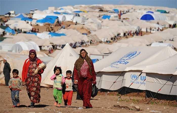 10. Khủng hoảng tỵ nạn. Bắt đầu từ tháng 4 năm 2015, thế giới bắt đầu phải chú ý tới vấn đề tỵ nạn vào châu Âu khi 5 chiếc thuyền tỵ nạn bị lật và giết chết 1.500 người. Sau đó, sự việc bé trai Syria xảy ra và khiến cho cả thế giới bừng tỉnh về vấn đề này