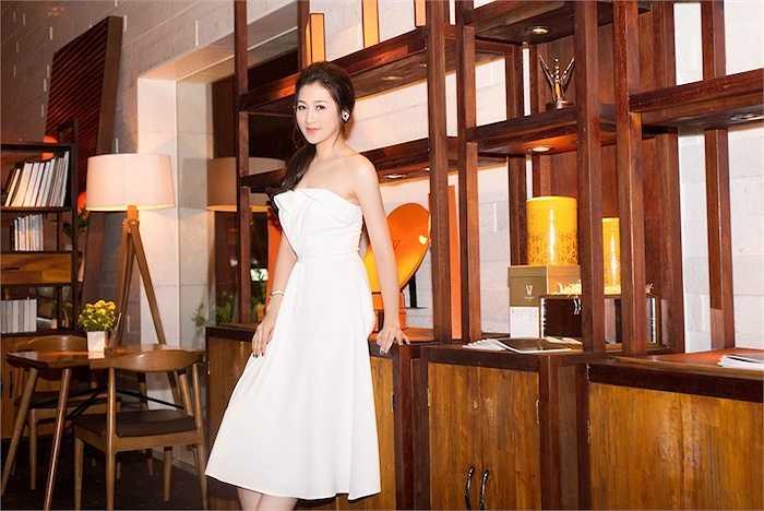 Cô diện một chiếc đầm midi màu trắng trang nhã.