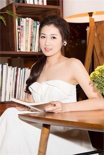 Thiết kế của chiếc đầm giúp Á hậu khoe được làn da trắng hồng và vẻ gợi cảm.