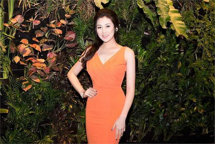 Cô thay một chiếc đầm cam trước khi giữ vai trò MC của sự kiện.
