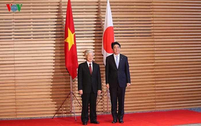 Tổng Bí thư Nguyễn Phú Trọng và Thủ tướng Shinzo Abe vẫy chào mọi người