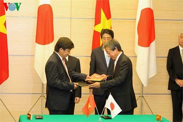 Cũng tại Phủ Thủ tướng Nhật Bản, Tổng Bí thư Nguyễn Phú Trọng và Thủ tướng Shinzo Abe đã chứng kiến lễ ký một số văn kiện hợp tác giữa Việt Nam và Nhật Bản