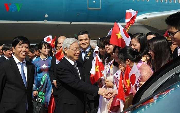 Và đại diện cộng đồng người Việt ở Nhật Bản chào đón Tổng Bí thư Nguyễn Phú Trọng