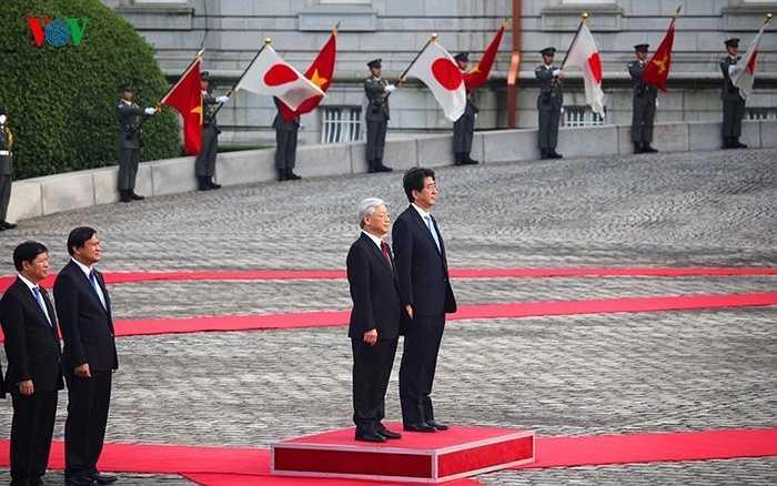 Tổng Bí thư Nguyễn Phú Trọng và Thủ tướng Shinzo Abe làm lễ chào cờ