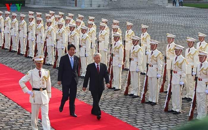 Sau lễ chào cờ, Thủ tướng Shinzo Abe mời Tổng Bí thư Nguyễn Phú Trọng duyệt Đội Danh dự