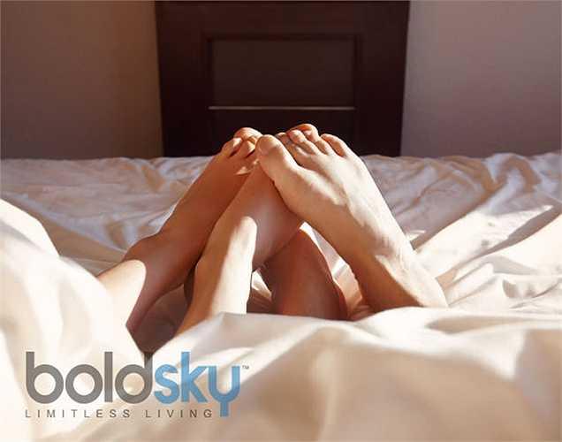 2. Hành động lãng mạn này cũng hoạt động như một loại thuốc giảm đau. Các nhà khoa học nói rằng hiệu ứng này cũng có thể là do việc phát hành oxytoxin.