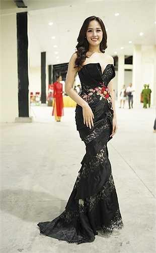 Bộ đầm Hoa hậu Mai Phương Thúy mặc được thiết kế từ những thước vải lụa tơ tằm nhập từ nước Ý.