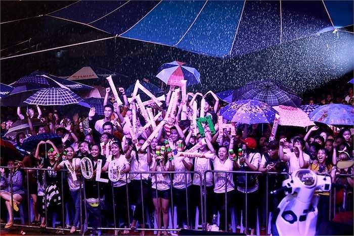 Hàng ngàn fans hò reo dưới mưa cổ vũ cho Minh Hằng.