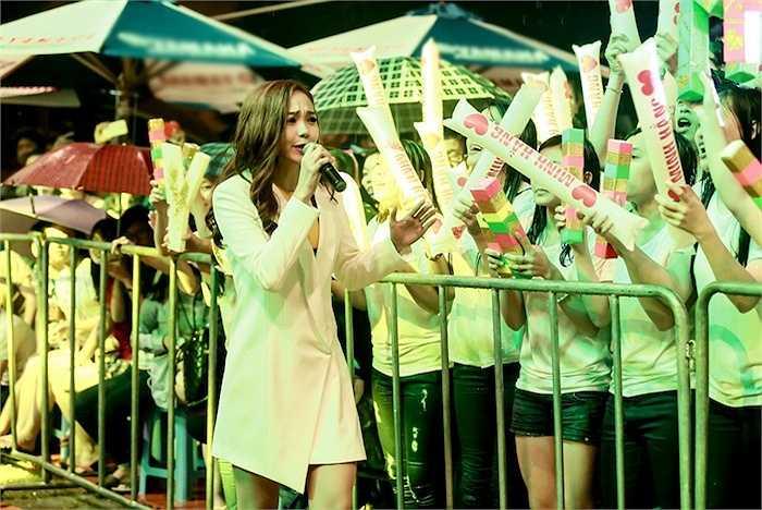 'Bé Heo' nhiệt tình đội mưa xuống giao lưu cùng khán giả.