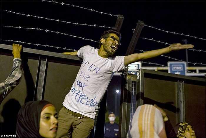 Người đàn ông ghi khẩu hiệu 'Mở cửa biên giới' lên trên áo phông của mình