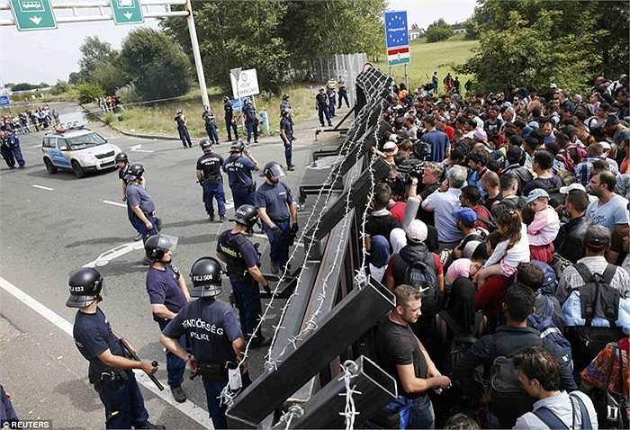 Tuần trước, đã có đến 9.000 người tỵ nạn được tiếp nhận qua biên giới Hungary và hiện tại châu Âu đang khó có thể nhận thêm