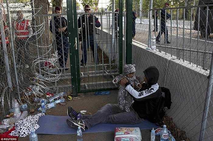Họ khó lòng vượt qua được hàng rào biên giới được xây dựng chắc chắn và canh phòng nghiêm ngặt