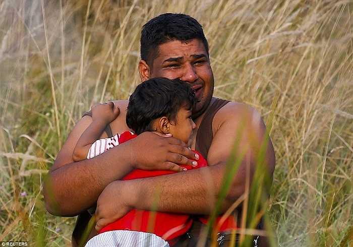 Người đàn ông ôm con khóc trong tuyệt vọng khi không thể đến với cuộc sống mới ở châu Âu