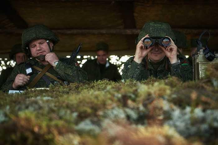 Sĩ quan Nga và Belarus quan sát trận địa