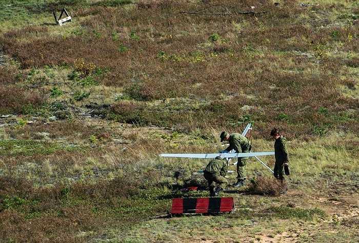 Một chiếc máy bay không người lái chuẩn bị được phóng lên