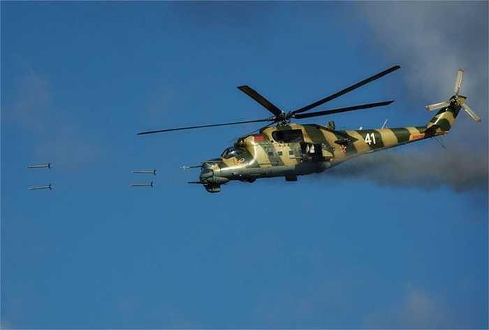 Trực thăng tấn công Mi-24 bắn rocket về phía mục tiêu