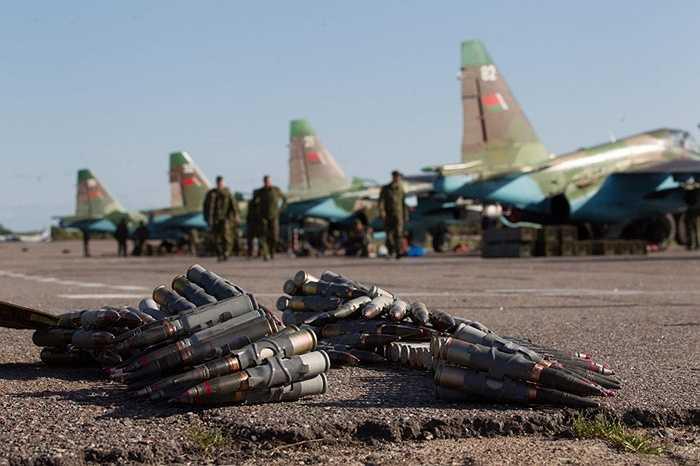 Đạn súng máy chuẩn bị được lắp đặt trong chiến đấu cơ Su-25