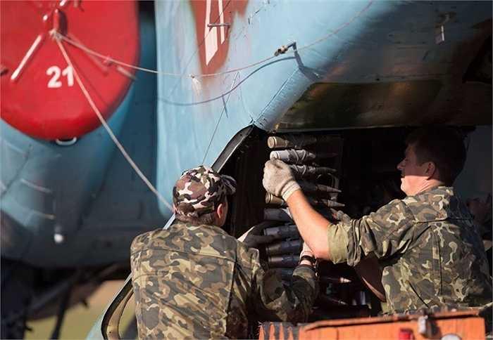 Nạp đạn cho súng máy gắn trên chiến đấu cơ Su-25