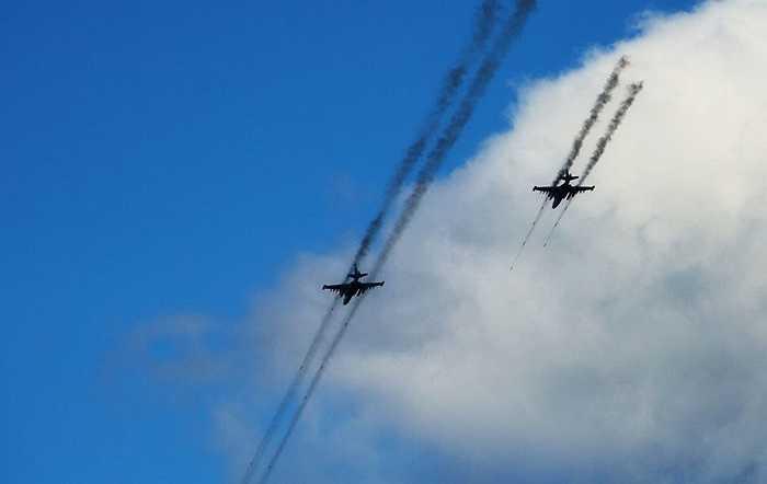 Hai chiếc Su-25 đang nhả đạn tấn công mục tiêu giả định