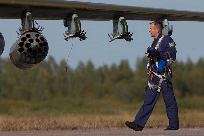 Một nhân viên phục vụ bên cạnh phần cánh của chiến đấu cơ Su-25