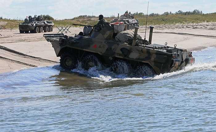 Xe thiết giáp BTR-80 chở quân thể hiện khả năng lội nước và tiếp cận mục tiêu trên đất liền