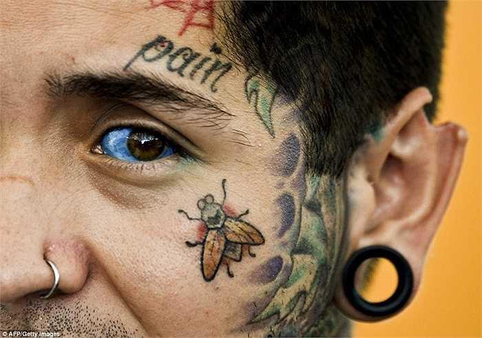 Hình xăm độc đáo trên khuân mặt của Damian Carnicero