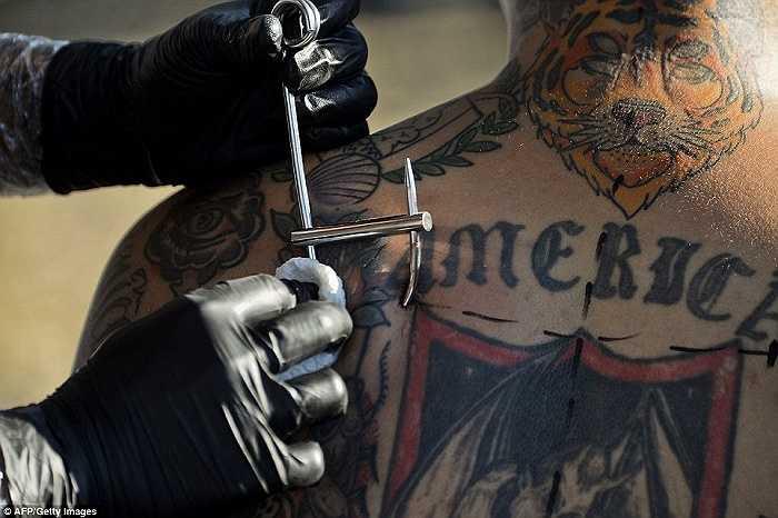Một chuyên viên xuyên móc kim loại đã được khử trùng vào da của Carnicero trong ngày đầu tiên diễn ra lễ hội