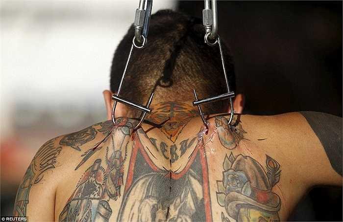 Những chiếc móc kim loại được các nghệ sĩ sử dụng để treo mình trong 3 ngày diễn ra lễ hội