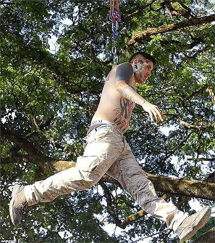 Màn biểu diễn của Carnicero khi anh được nâng lên cao bằng những dây và móc kim loại đâm trực tiếp vào da thịt