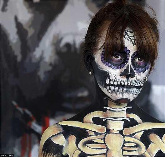 Một người phụ nữ với những hình xăm bằng sơn theo phong cách của lễ hội 'Day of the Dead'