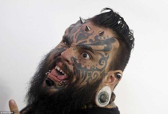 Nghệ sĩ xăm hình Emilio Gonzalez với những hình xăm và những chiếc khuyên trên cằm, môi, mũi, tai và trán