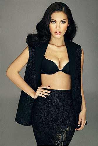 Minh Tú hóa thân thành Angelina Jolie nhờ tài 'phù phép' của các chuyên gia trang điểm.