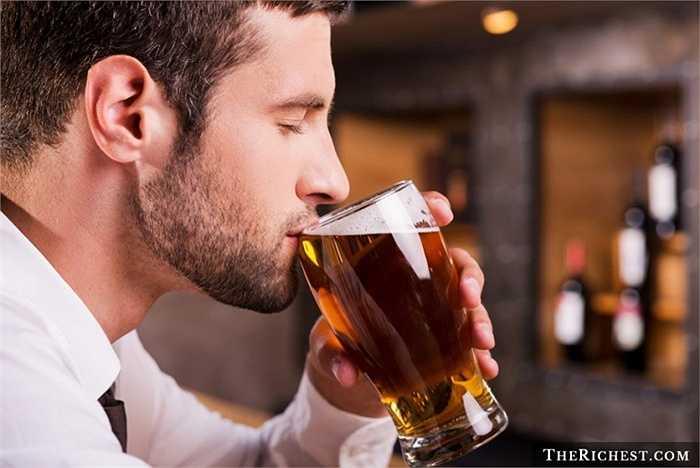 6. Người kiểm tra bia. Hay như bất cứ kề nghề đồ ăn hay đồ uống gì khác. Người kiểm tra bia không mất quá nhiều công sức chọn lựa, chỉ cần tinh tế một chút trong việc cảm nhận