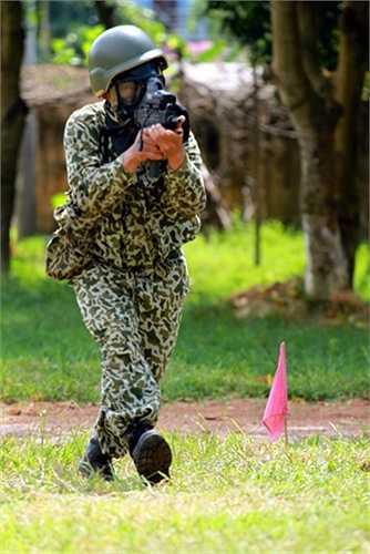 Với bài bắn Chống khủng bố, chiến đấu viên phải vừa bắn vừa cơ động...