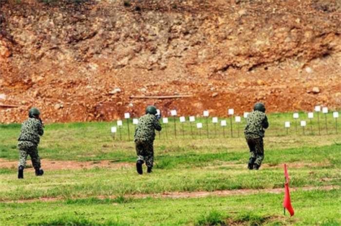 Các xạ thủ thực hành bài bắn súng tiểu liên AK (bài 4 nâng cao). Đây là bài bắn đồng đội với 10 mục tiêu, nhưng với những chiến đấu viên của đội chống khủng bố, bài bắn được vận dụng số lượng mục tiêu lên gấp 4 lần (40 bia).