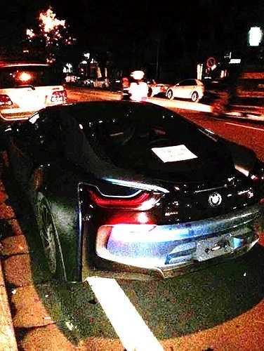 Trong vài ngày qua, nhiều người đi đường đã liên tục được chứng kiến chiếc xe cùng chủ nhân dạo phố. Cho tới khoảng 23 tối ngày 16/9/2015, chiếc BMW i8 'hàng độc' này vẫn xuất hiện trong tình trạng nguyên vẹn trên phố Lý Thường Kiệt, Hà Nội.