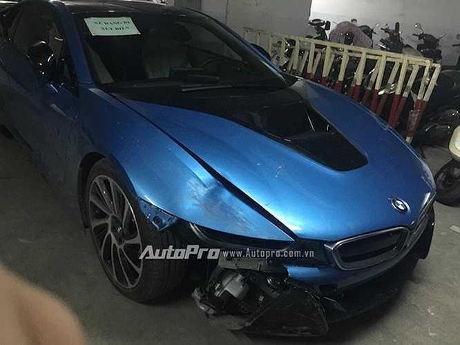 Nhìn bên ngoài, siêu xe BMW i8 bị hư hỏng khá nặng ở phần đầu bên trái.