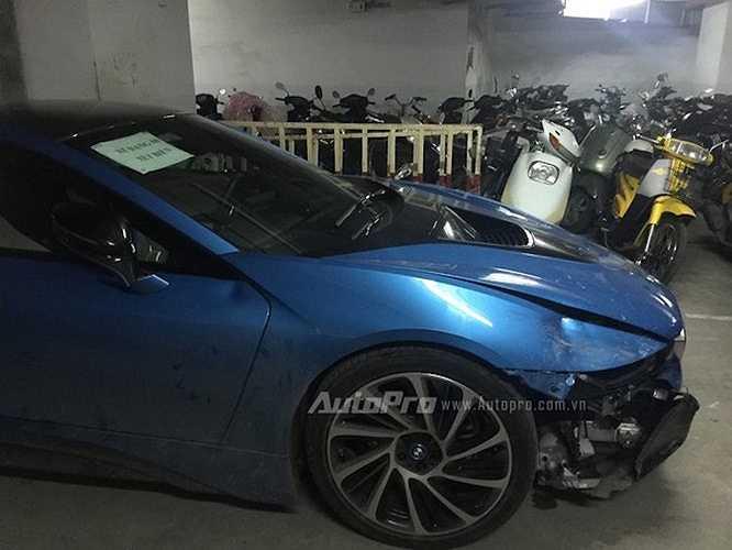 Toàn bộ dàn đèn pha laser kết hợp đèn LED phía trước đã bị vỡ nát, cùng với một phần cản trước của xe.