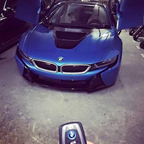 Trước đó, siêu xe BMW i8 này đã gây xôn xao dư luận khi là chiếc đầu tiên tại Việt Nam có màu xanh ngọc, thay vì các màu trắng và đen phổ biến khác.