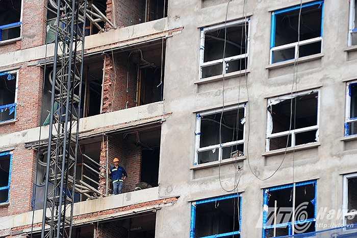 Trên công trường, chỉ xuất hiện lác đác vài bóng công nhân xây dựng. (Ảnh: Nguyễn Long)