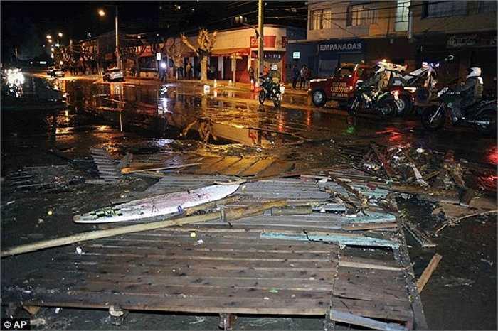 Mảnh vỡ ngổn ngang trên đường ở thành phố Valparaiso, nhiều công trình bị phá hủy sau trận động đất