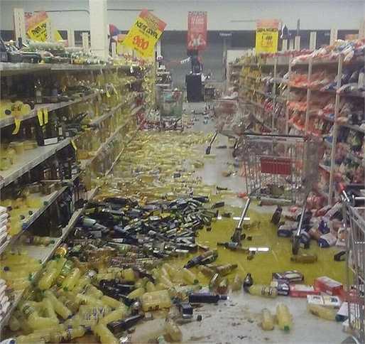 Đồ đạc trong một siêu thị đổ vỡ sau trận động đất mạnh 8.3 độ richter