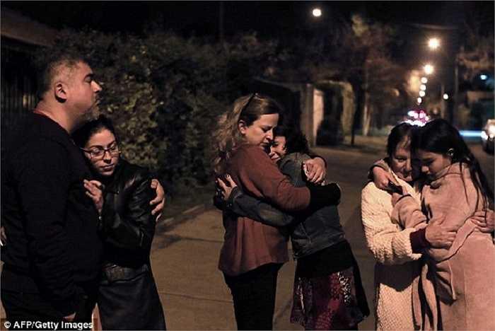 Người Chile hoảng loạn lao ra đường