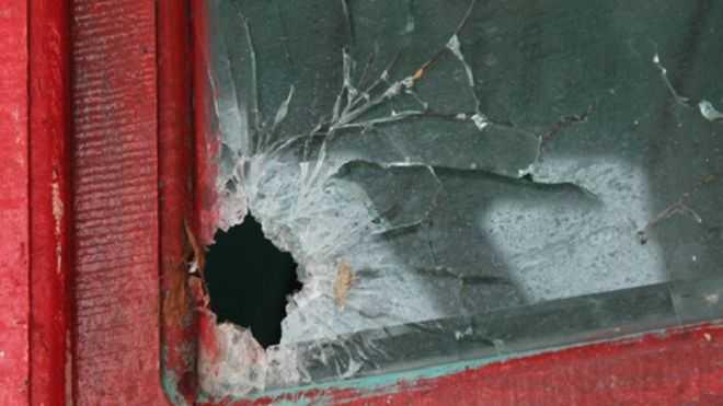 Vết đạn còn lại trên thân tàu